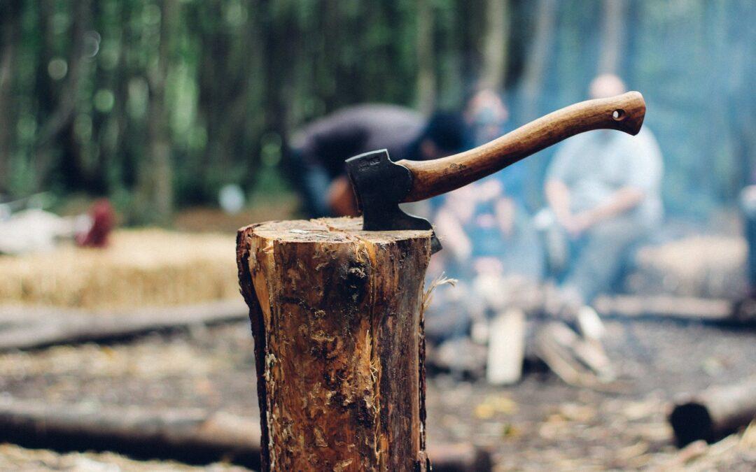 Hache planté dans tronc d'arbre